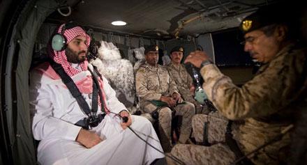 """محمد بن سلمان أثناء تواجده مع الجنود. و وفقًا إلى صحيفة""""صنداي تايمز"""" فهو   سيء التصرف والسلوك و طائش. أرشيف"""
