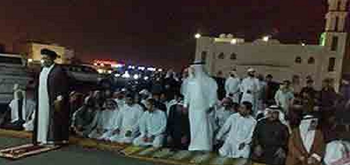 أرشيفية: شيعة يؤدون الصلاة في الشارع بعد اغلاق السلطات السعودية مساجد الشيعة بمدينة الخبر شرق البلاد