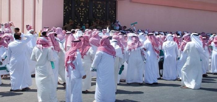 تحاول الحكومة السعودية إبعاد حقيقة نسبة البطالة والتقديرات المحلية تشير 36% بينما بالنسبة للرجال في حين أن النسبة أعلى عند النساء وتشير التقديرات المحلية أنه قد تصل إلى أكثر من 40%