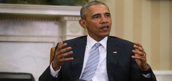 """الرئيس الأمريكي باراك أوباما متحدثًا إلى مجلة """"ذي أتلانتك"""" يشير إلى أن النظام السعودي مصدر الإرهاب . الصورة من الأرشيف"""
