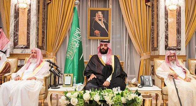 يتصدر محمد بن سلمان المشهد السياسي في العاصمة الرياض كحاكم فعلي منفرداً بسلطات صنع القرار